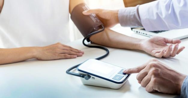 az embereknél a magas vérnyomást a domináns határozza meg)