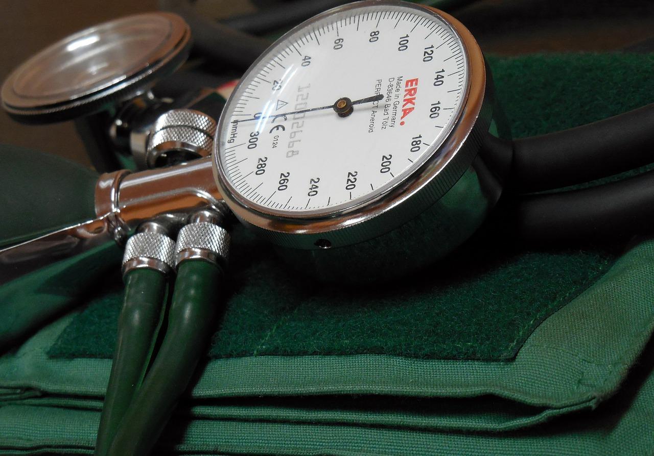 rosszindulatú magas vérnyomás és fogyatékosság)