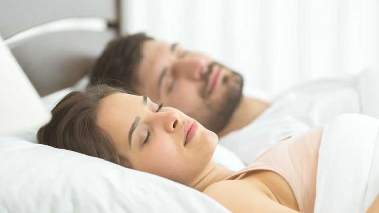 éjszakai magas vérnyomás alvás)