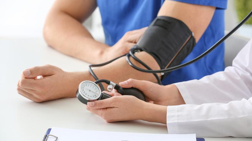 mivel a magas vérnyomás csökkentette a vérnyomást)